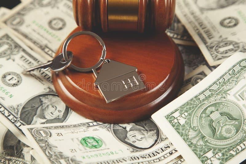 Juge sur l'argent avec la clé photos stock