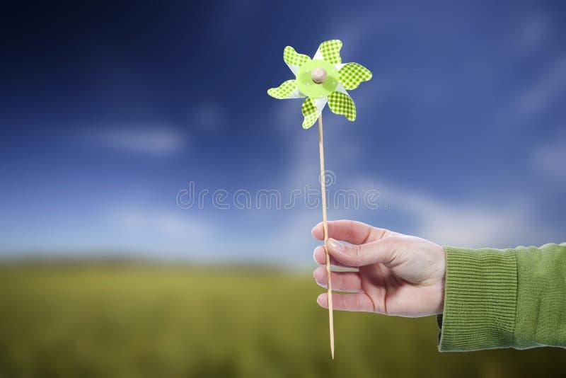 jugeant à l'extérieur le femme de moulin à vent de pinwheel jeune photographie stock
