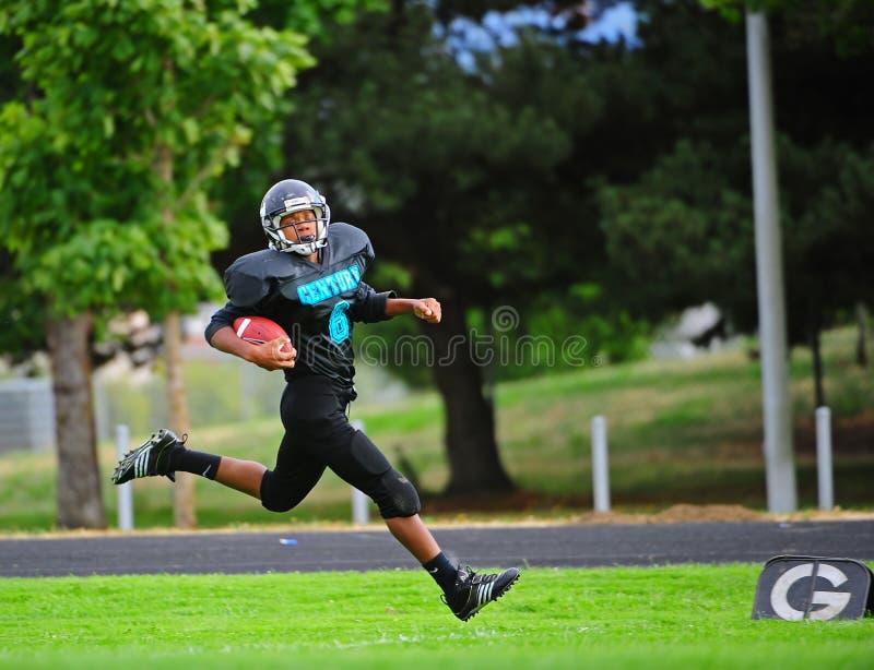 Jugend-amerikanischer Fußball Setzen Auf Redaktionelles Bild