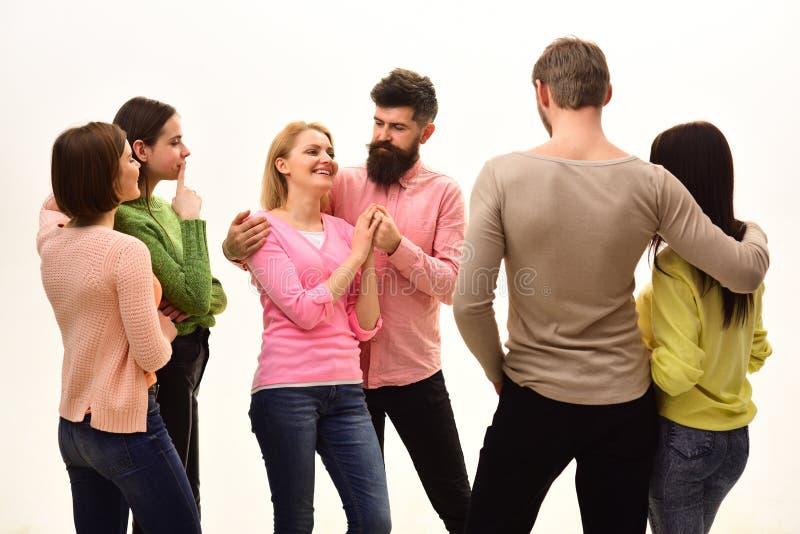Jugend, Freunde und Paarsprechen Junge Leute wenden Freizeit zusammen, nette Firma hängen heraus auf Studenten, glücklich stockfoto