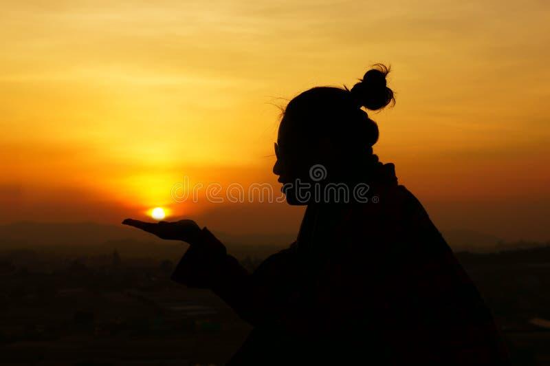 Jugend gibt Hände, um die Sonne zu speichern (retten Sie den Planeten) lizenzfreie stockfotos