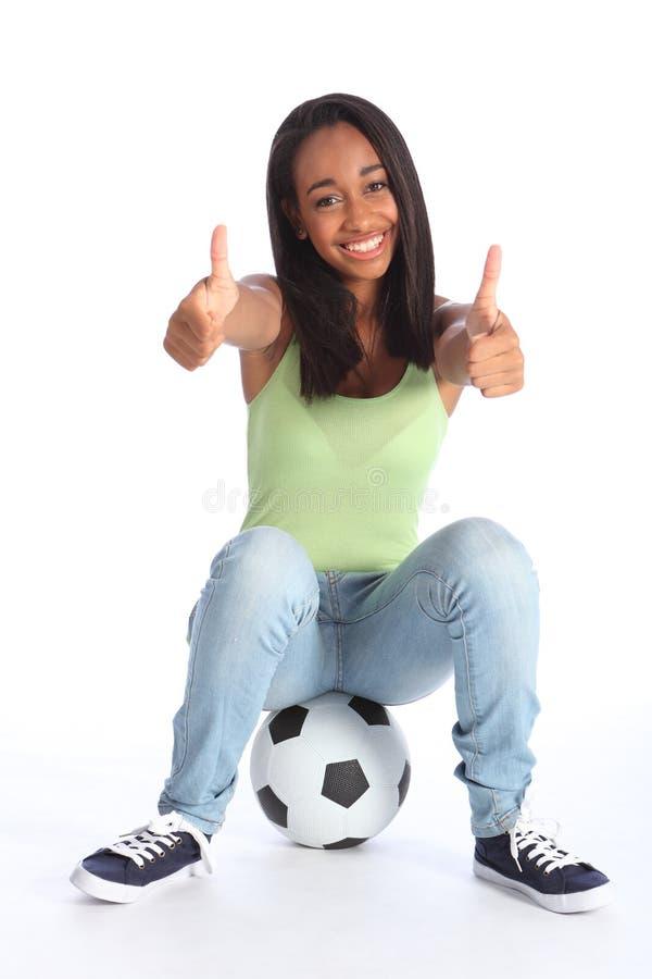 Jugenddaumen des sportmädchens zwei up glücklichen Erfolg lizenzfreie stockfotografie