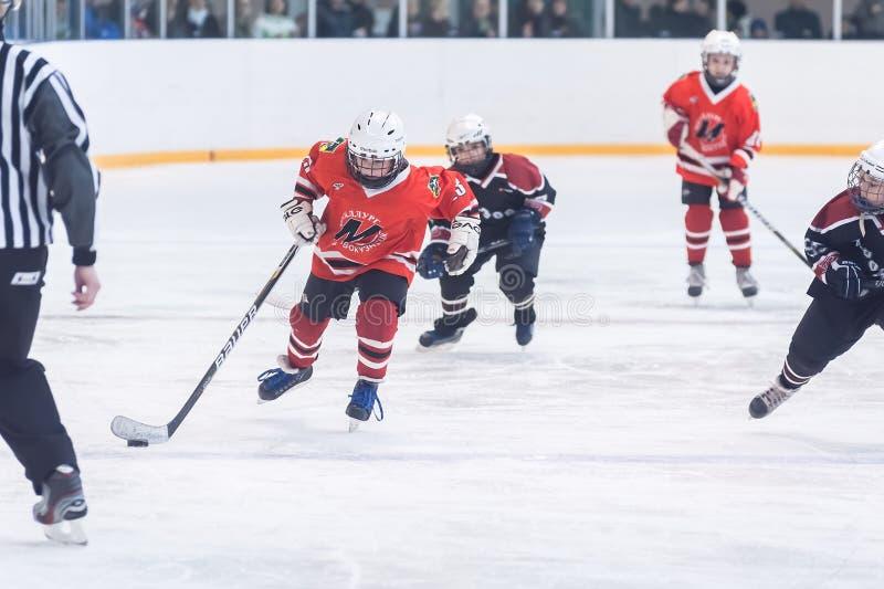 Jugendeishockey-team an der Praxis stockbild