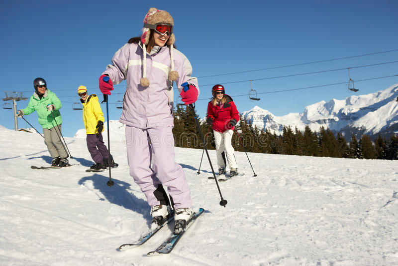 Jugendfamilie am Ski-Feiertag in den Bergen lizenzfreie stockfotografie