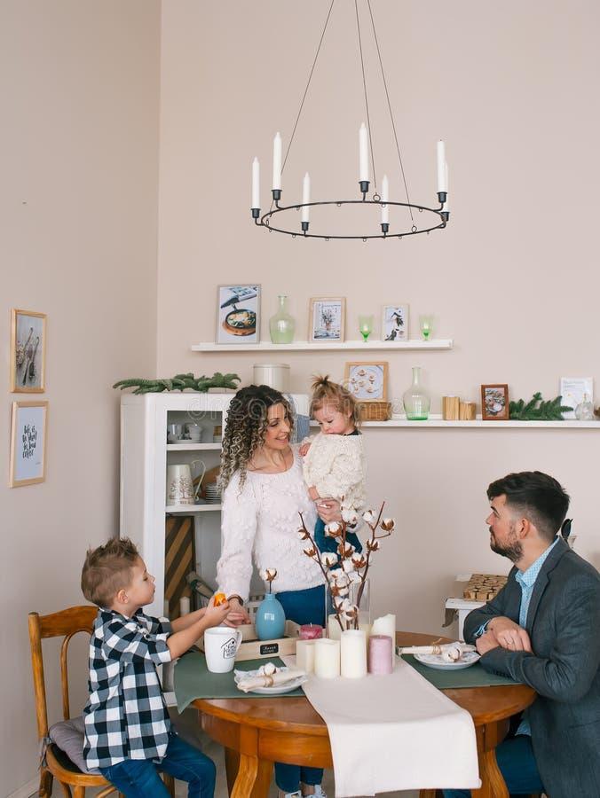 Jugendfamilie, während, Frühstück in der Küche zusammen essend stockbild