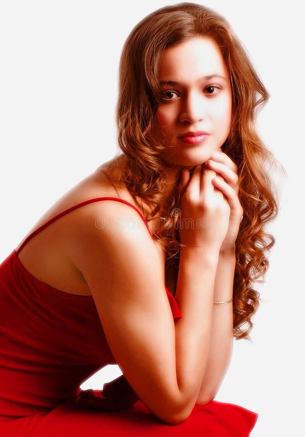 Jugendfrau im roten Kleid lizenzfreies stockfoto