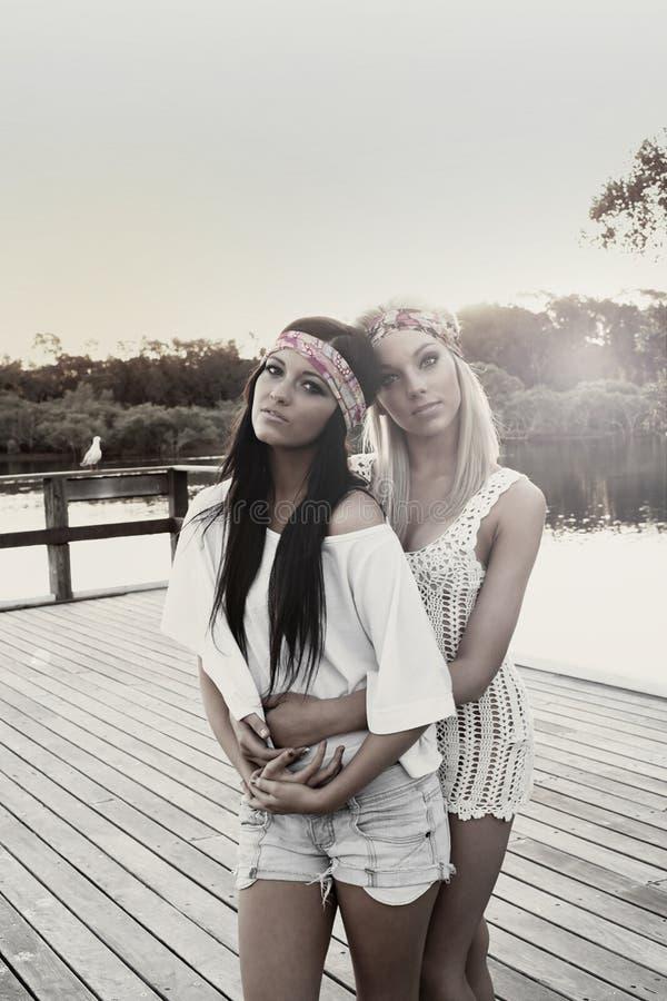 Jugendfreundinnen durch See lizenzfreie stockfotografie