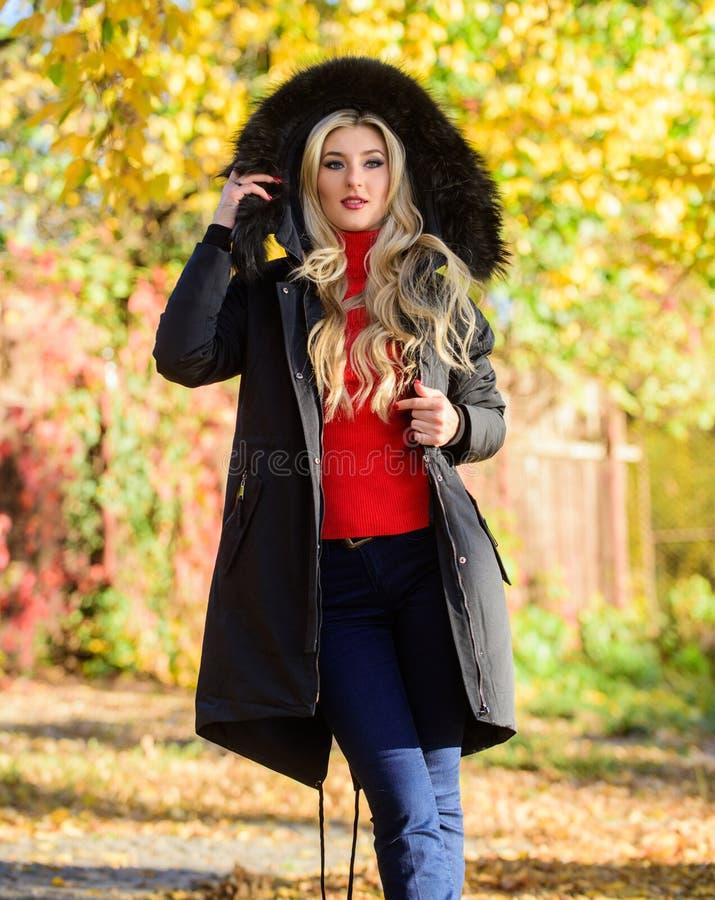 Jugendhipster-Modekonzept Klassischer Parka-Mantel ist zum Kleidersymbol geworden Sehr funktionell und stilvoll Giralwear lizenzfreie stockbilder