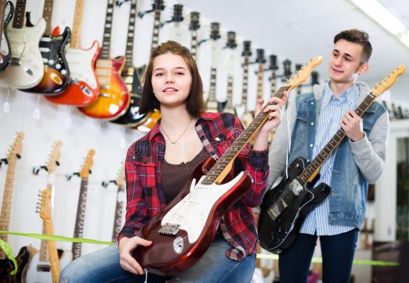 Jugendkäufer entscheiden auf passendem Ampere stockfotos