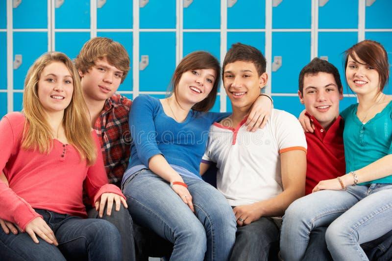 Jugendkursteilnehmer, die durch Schule Lockersin sich entspannen lizenzfreie stockfotografie