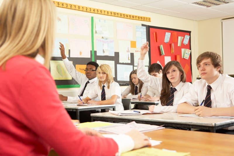 Jugendkursteilnehmer, die im Klassenzimmer mit studieren lizenzfreie stockbilder