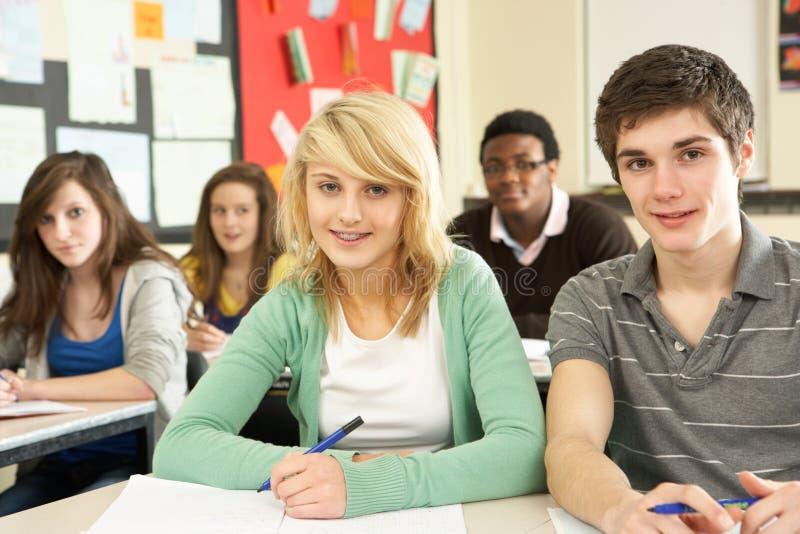 Jugendkursteilnehmer, die im Klassenzimmer studieren lizenzfreie stockfotos