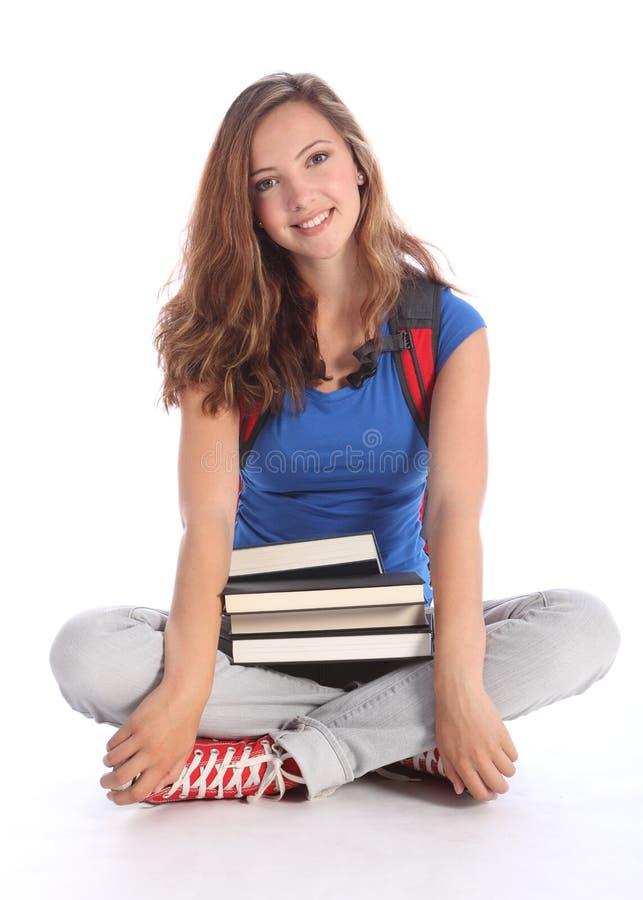 Jugendkursteilnehmermädchen mit Schulestudienbüchern stockfotos
