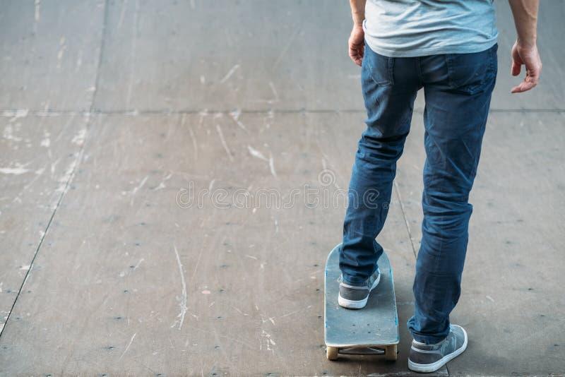 Jugendlebensstilfreizeitpraxis-Mannskateboard lizenzfreie stockfotos