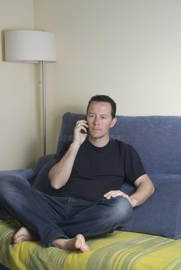 Jugendlich auf einem Sofa lizenzfreie stockfotografie
