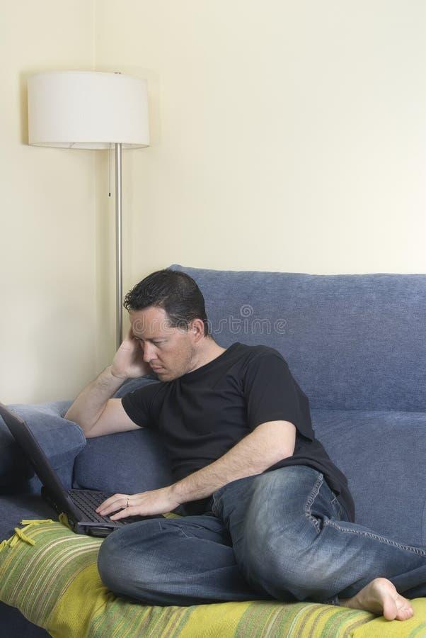 Jugendlich auf einem Sofa stockbild