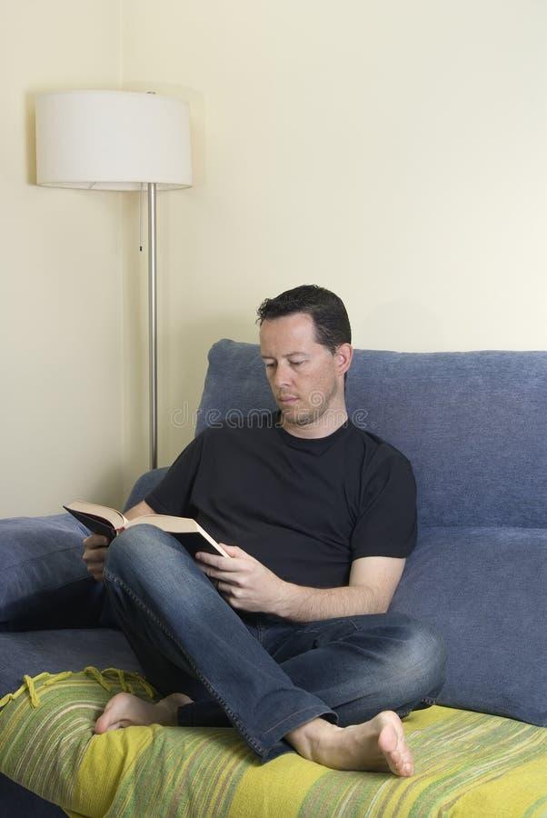 Jugendlich auf einem Sofa lizenzfreie stockfotos