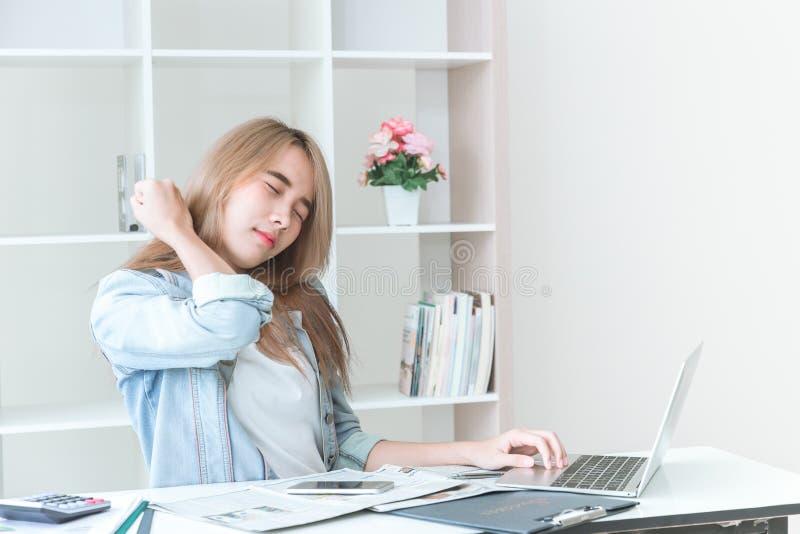 Jugendlich Bürosyndrom der Asiatinnen stockbilder
