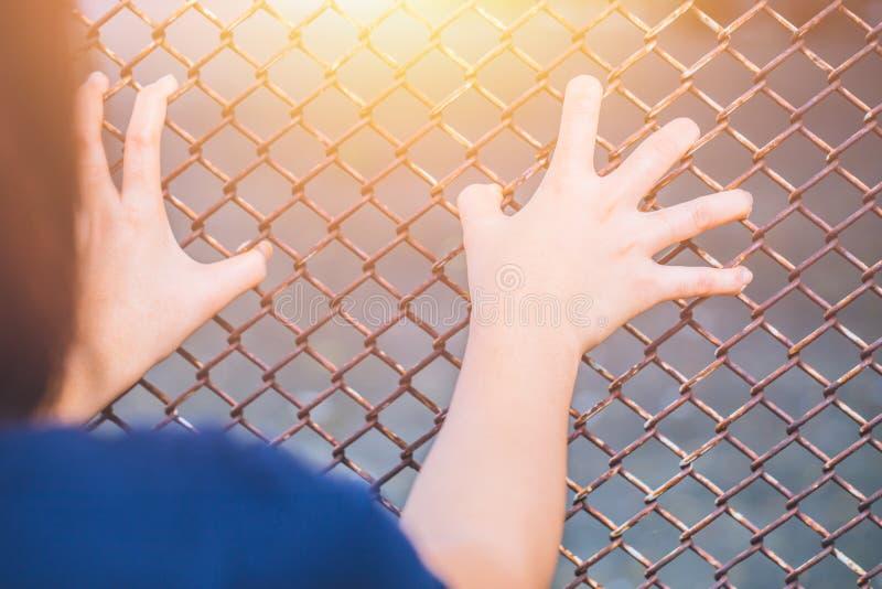 Jugendlich behide der Käfig oder die Frau gefangen gesetzt stockbild
