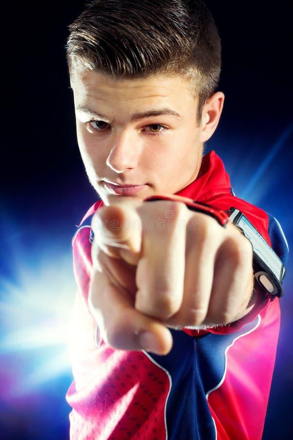 Jugendlich Eignungsjunge, der mit dem Finger zeigt lizenzfreie stockfotografie