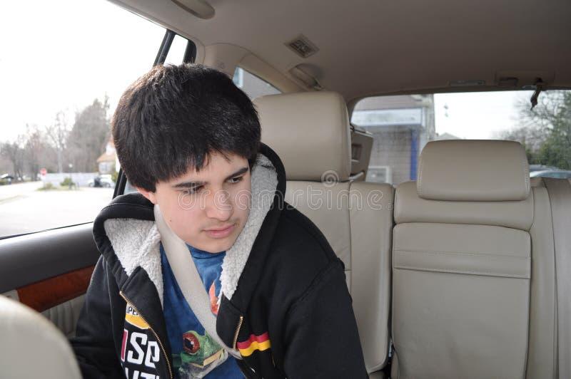 Jugendlich in einem Auto stockbild