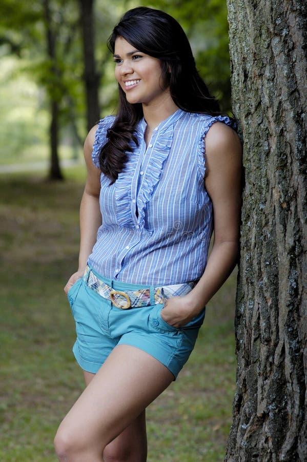 Jugendlich Frau im Park lizenzfreies stockbild