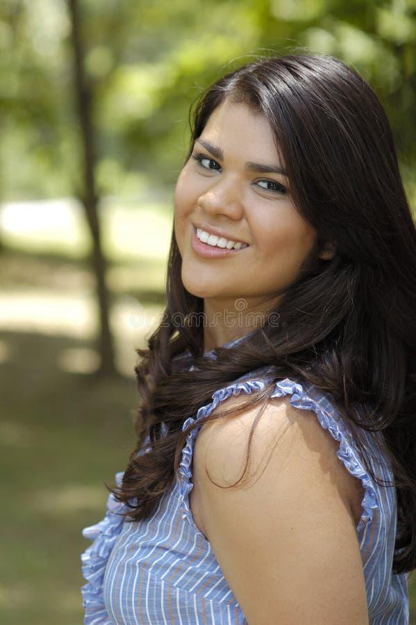 Jugendlich Frau im Parkportrait stockfotos