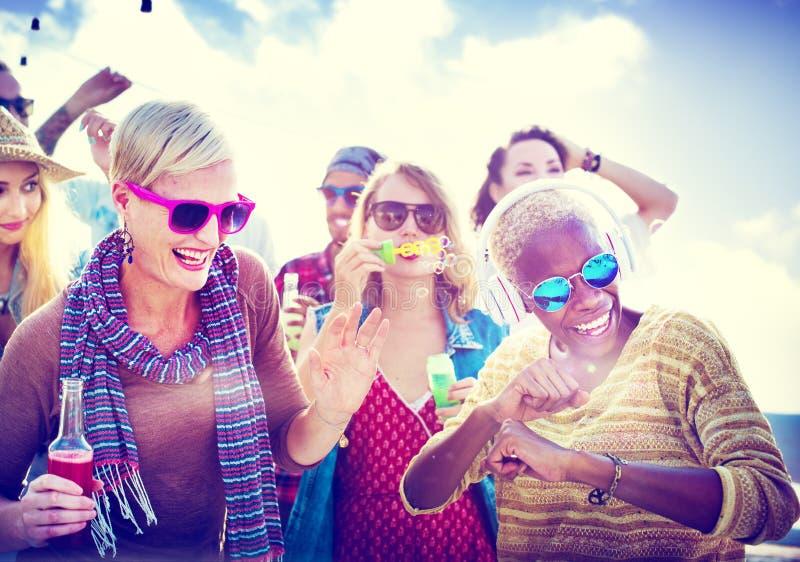 Jugendlich-Freund-Strandfest-Glück-Konzept stockfotos