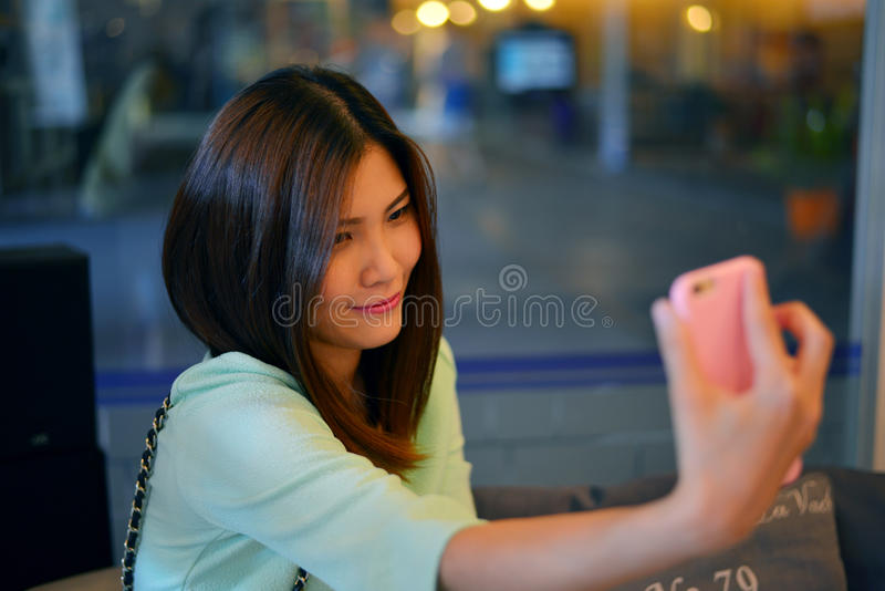 Jugendlich Freunde, die Fotos nehmen stockbild