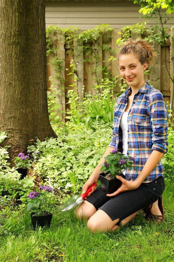 Jugendlich Gartenarbeit lizenzfreies stockbild