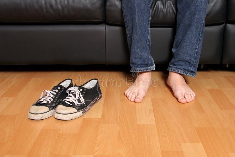 Jugendlich gelöschte Schuhe stockfoto