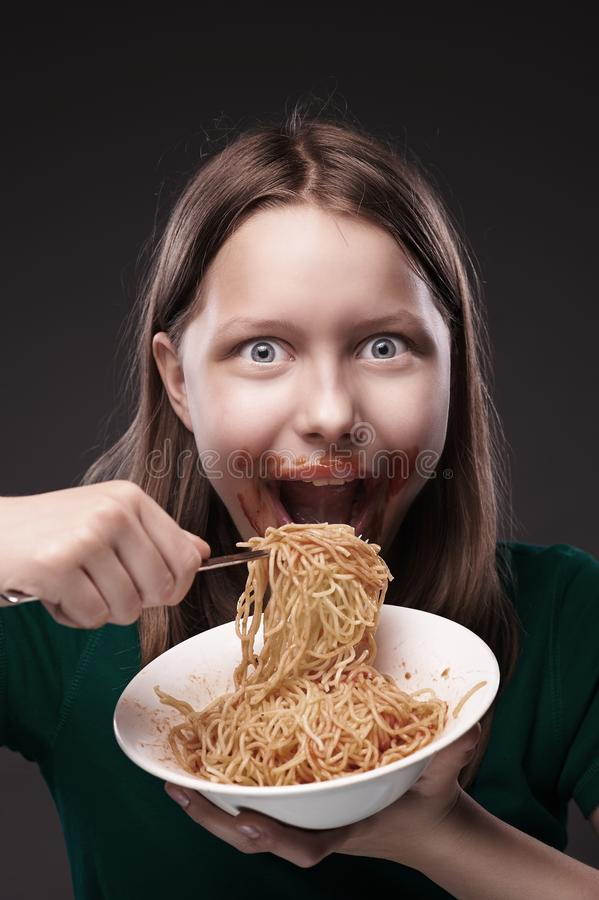 Jugendlich gierig essendes Mädchen stockfoto