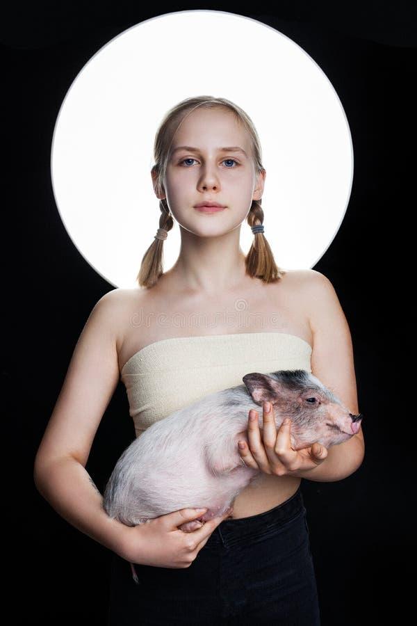 Jugendlich haltenes Minischwein des jungen Mädchens, kreatives Porträt Umweltschutzkonzept lizenzfreies stockfoto