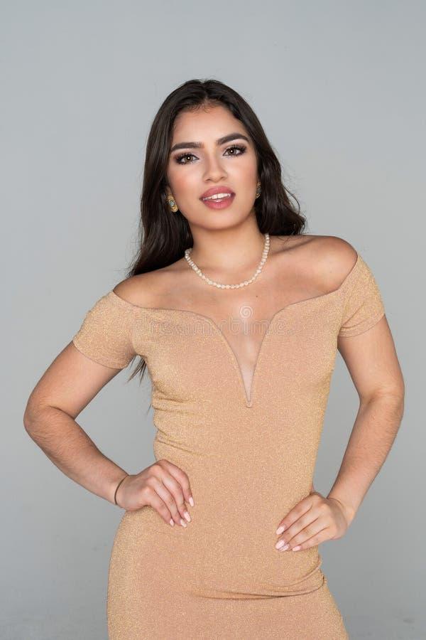 Jugendlich hispanisches Mode-Modell stockfotos