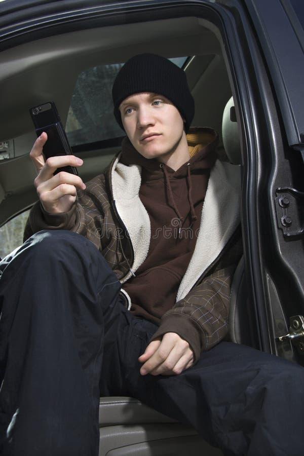 Jugendlich Holding-Mobiltelefon. lizenzfreie stockfotos