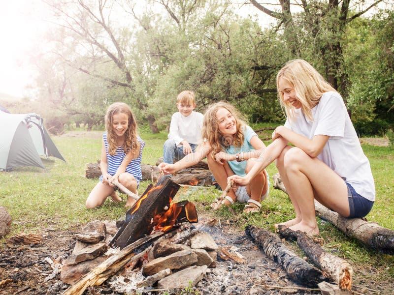 Jugendlich im Lager durch das Feuer lizenzfreie stockfotos