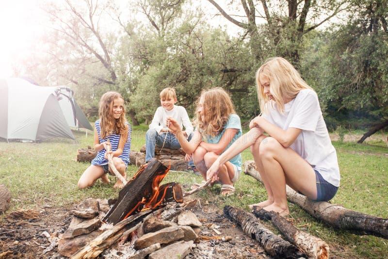 Jugendlich im Lager durch das Feuer lizenzfreie stockbilder