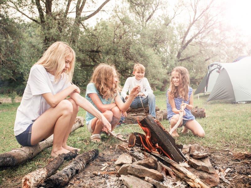 Jugendlich im Lager durch das Feuer stockfoto