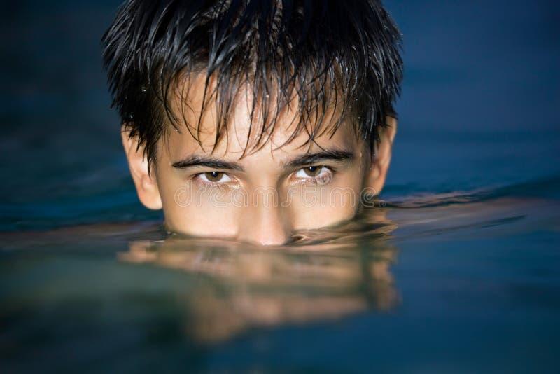 Jugendlich im Pool, nachdem auf Augen in Wasser getaucht habend lizenzfreie stockfotos