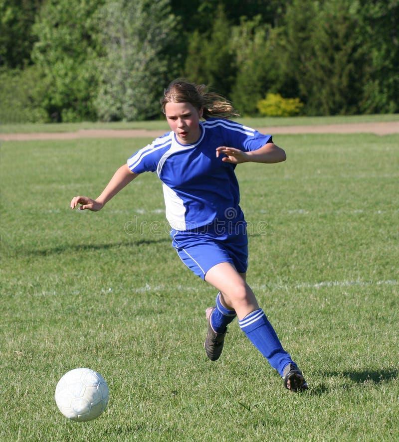 Jugendlich Jugend-Fußball-Spieler, der Kugel jagt stockfotografie
