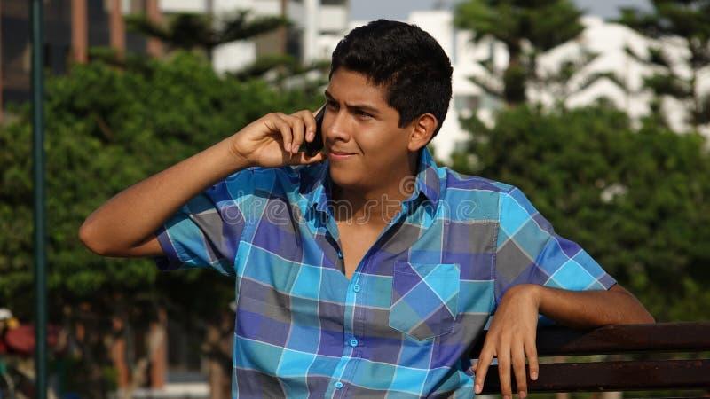 Jugendlich Junge, der Handy verwendet stockfoto