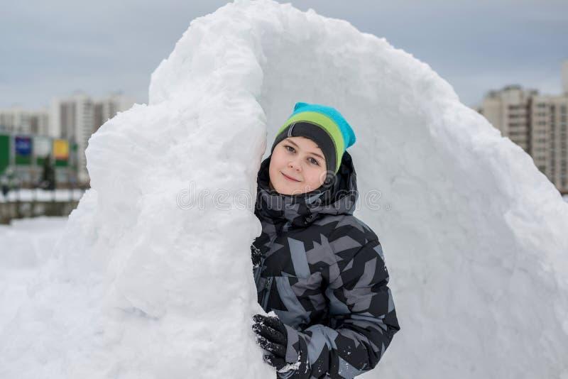 Jugendlich Junge, der im behelfsmäßigen Schneefort steht stockfotos