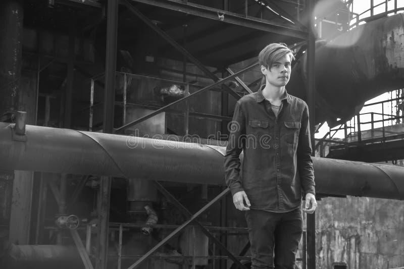 Jugendlich Junge des Weinlesearbeiters in der Schwerindustrie lizenzfreies stockfoto
