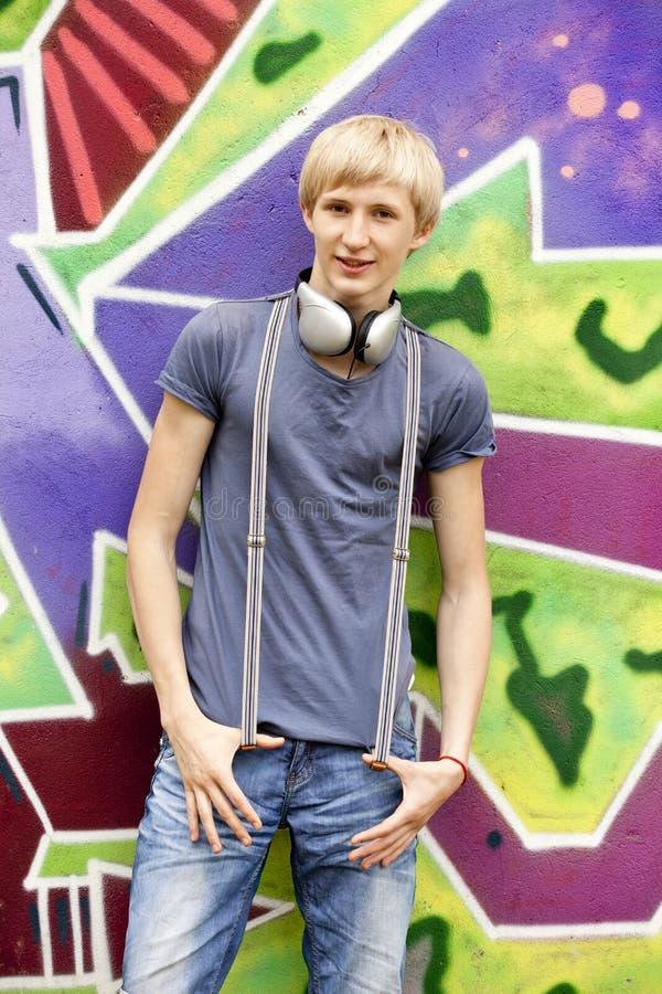 Jugendlich Junge mit Kopfhörern lizenzfreie stockfotografie