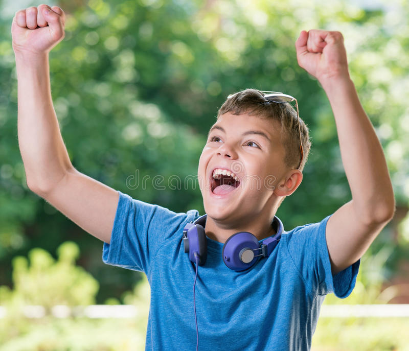 Jugendlich Junge mit Kopfhörern lizenzfreies stockfoto