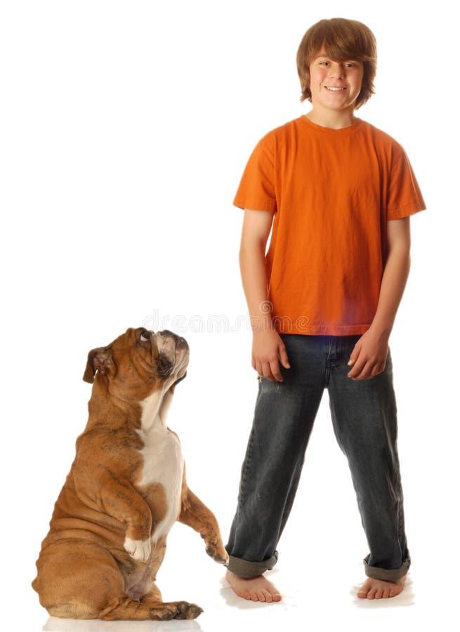 Jugendlich Junge und Hund stockfotos