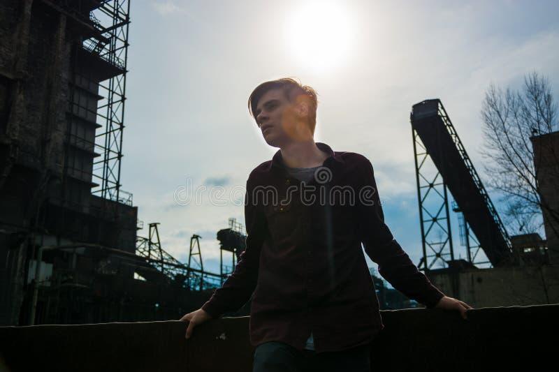 Jugendlich Jungenschattenbild in verlassenem Bergwerk lizenzfreie stockfotografie