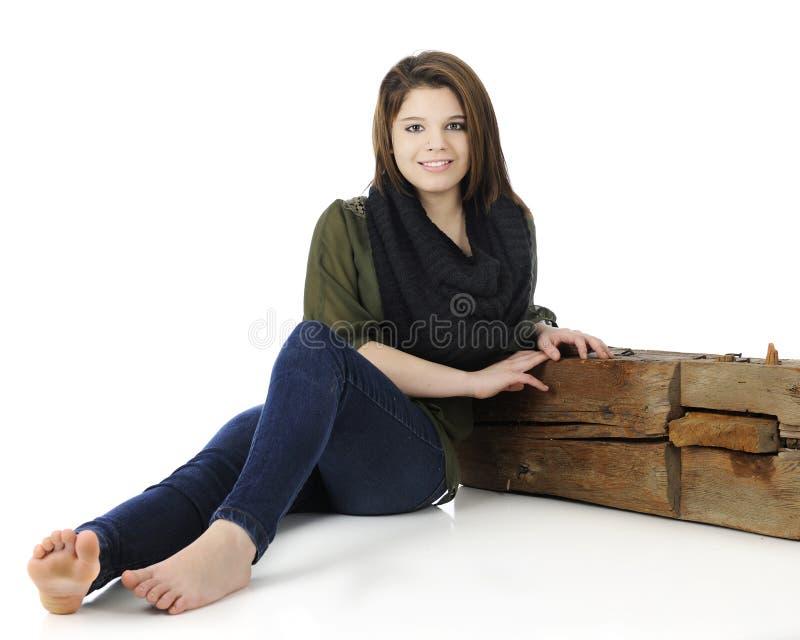 Jugendlich Lehnen auf einem Strahl lizenzfreie stockfotografie