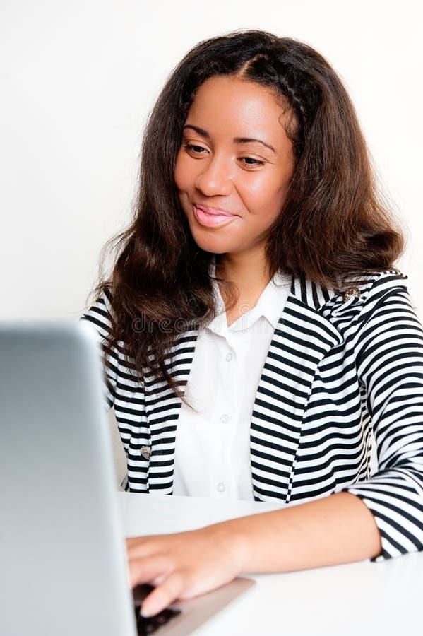 Jugendlich Mädchen, arbeitend und schreiben an Laptop an einem Schreibtisch stockbilder