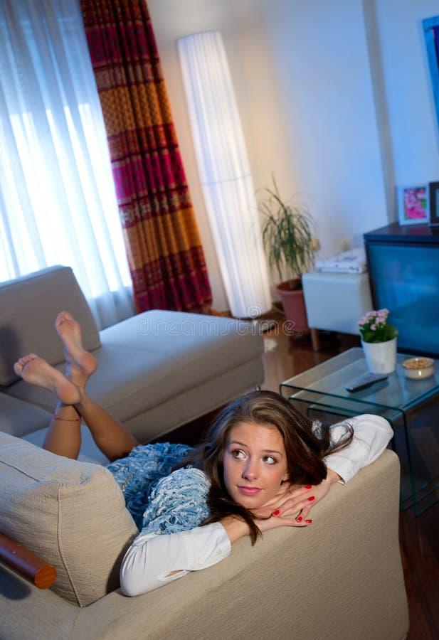 Jugendlich Mädchen auf dem Sofa stockbilder